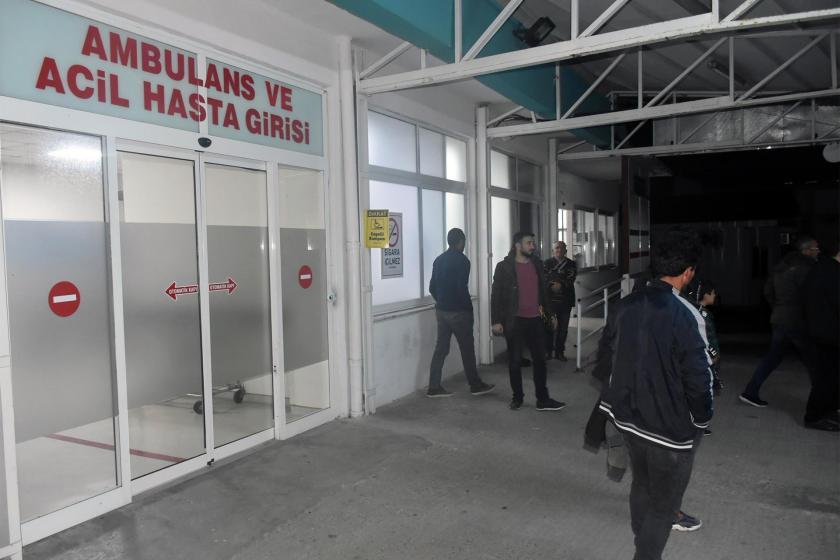 Hastane acil servisi önünde bekleyen vatandaşlar