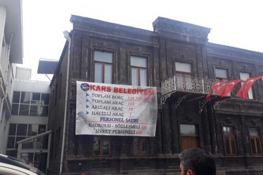 Kars Belediyesi binasına, MHP'li belediye döneminden kalan borç tablosu asıldı.