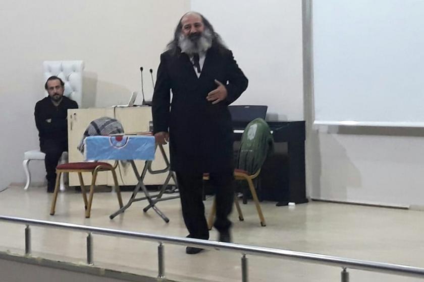 Tarsus'ta düzenlenen Evrensel'le dayanışma etkinliğinde Laz Marks oyunuyla sahne alan Haldun Açıksözlü