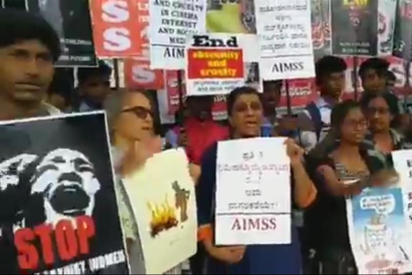 Hindistan'da veterinerin öldürülmesinin ardından yapılan bir protesto eylemi