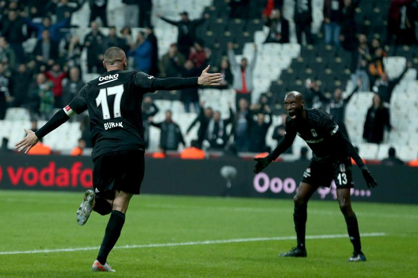 Beşiktaşlı oyuncu Atiba Hutchinson'ın Kayserispor'a attığı golün ardından asisti yapan Burak Yılmaz'la yaşadığı sevinç