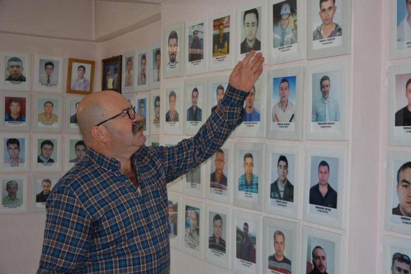 Soma 301 Madenciler Sosyal Yardımlaşma Derneği Başkanı İsmail Çolak, maden katliamında yaşamını yitirenlerin fotoğraflarının olduğu duvarın önünde.