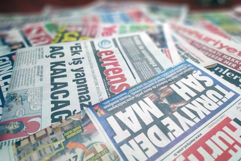 bir masanın üzerine dağılmış gazeteler