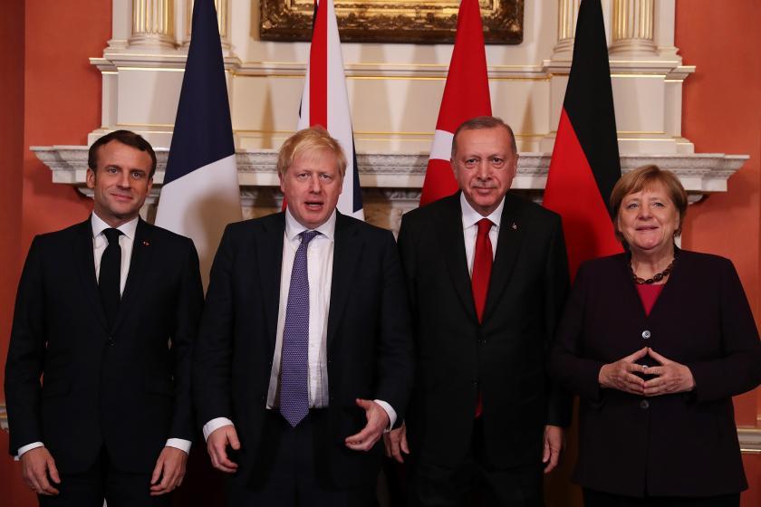Fransa Cumhurbaşkanı Macron, İngiltere Başbakanı Johnson, Cumhurbaşkanı Erdoğan ve Almanya Başbakanı Merkel yanyana basına poz veriyor