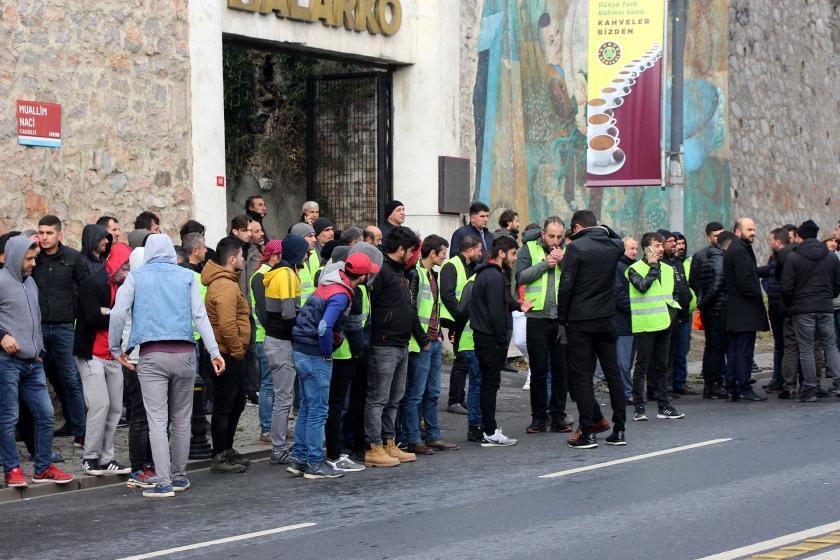 Metro işçileri yüklenici firma önünde bekliyor