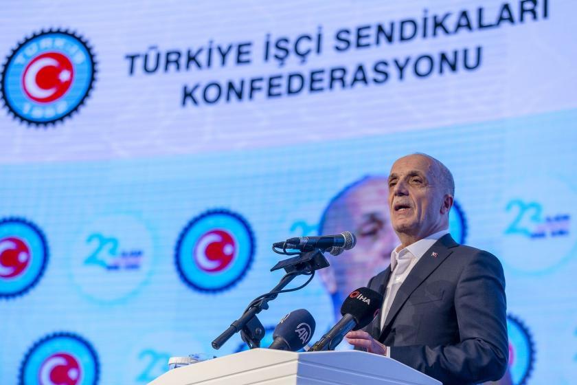 Ergün Atalay kürsüde konuşma yapıyor.
