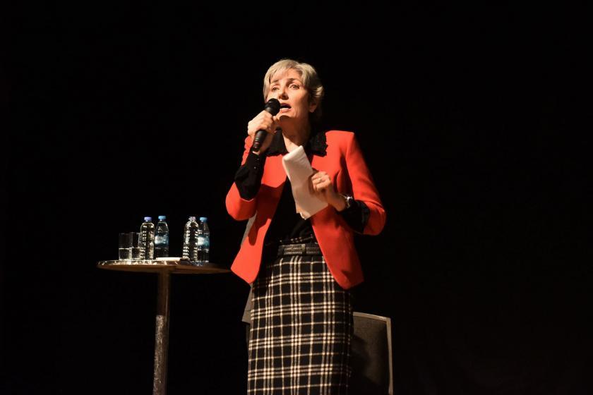 İstanbul'da düzenlenen Evrensel'in 25. yılı dayanışma etkinliğinde Emek Partisi Genel Başkanı Selma Gürkan konuşuyor.