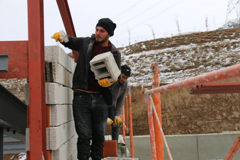 Erzurum'da inşaatta çalışan işçiler