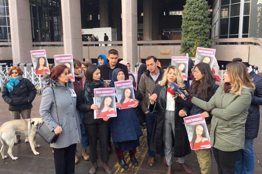 Ayşe Karaman'ın ailesi ve kadınlar, Ayşe Karaman'ın fotoğraflarını ellerine taşıyor.