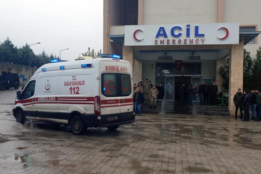 Acil servis önünde bekleyen ambulans