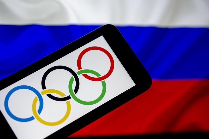 Olimpiyat logosu ve arkasından Rusya bayrağı