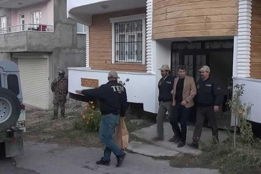 İpekyolu Belediye Eş Başkanı Azim Yacan gözaltına alınırken.