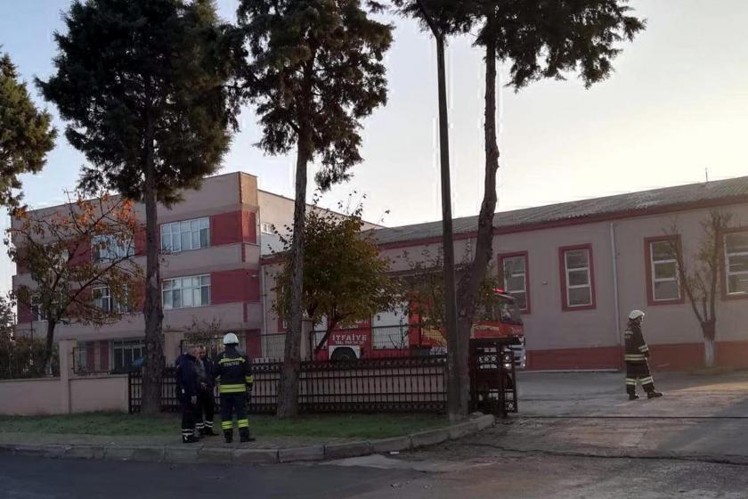 Fabrika önünde bekleyen itfaiye görevlileri