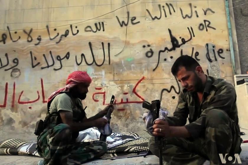 ÖSO (SMO) militanları silahlarını temizliyor.