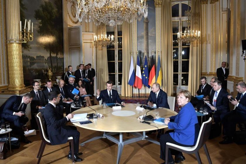 Fransa Cumhurbaşkanı Emmanuel Macron, Almanya Başbakanı Angela Merkel, Ukrayna Cumhurbaşkanı Vladimir Zelensky ve Rusya Devlet Başkanı Vladimir Putin aynı masada