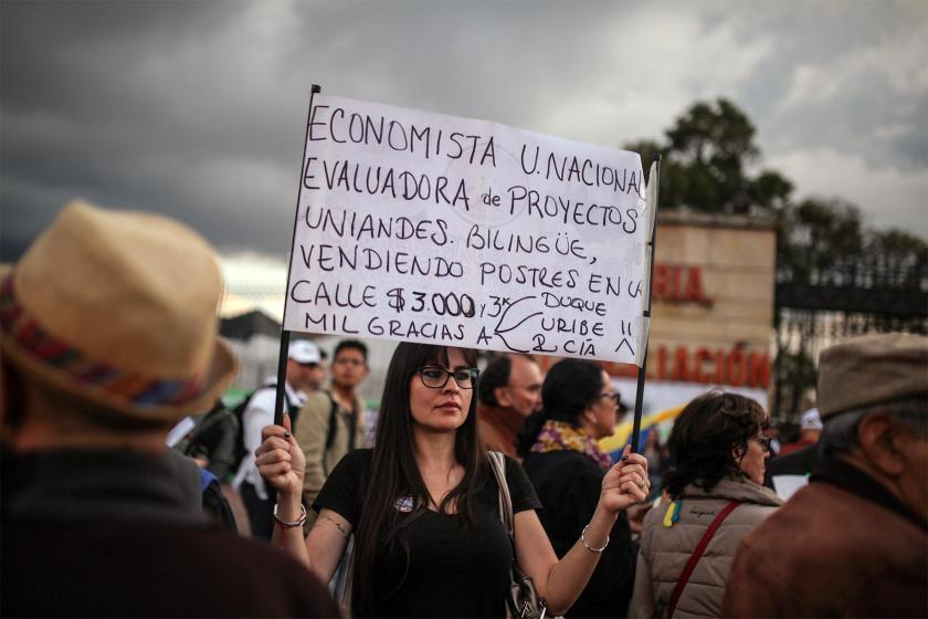 Kolombiya'da hükümet protestolarına katılan bir kadın taşıdğı dövizle tepkisini dile getiriyor
