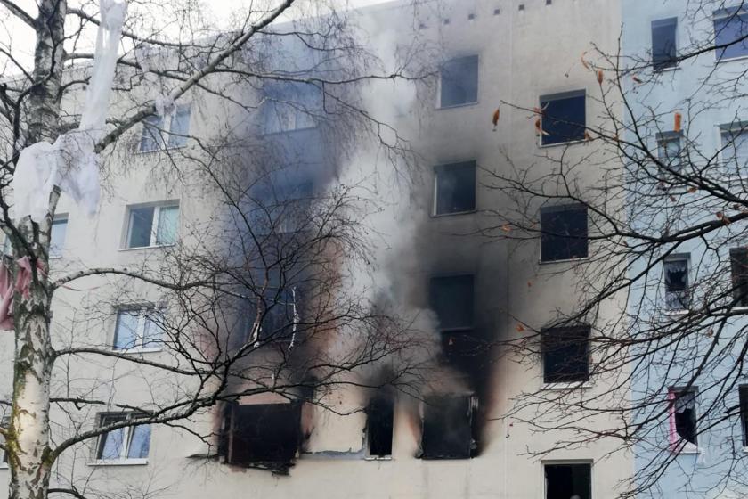 Yaşanan patlama nedeniyle 25 kişinin yaralandığı binadan dumanlar çıkıyor