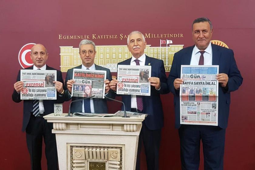 TBMM'de BİK'in ilan sansürüne tepki gösteren milletvekilleri Evrensel ve Birgün gazeteleriyle