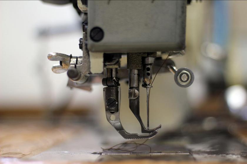 Dikiş makinesinin iğnesinin bulunduğu bölümün yakından çekilmiş fotoğrafı