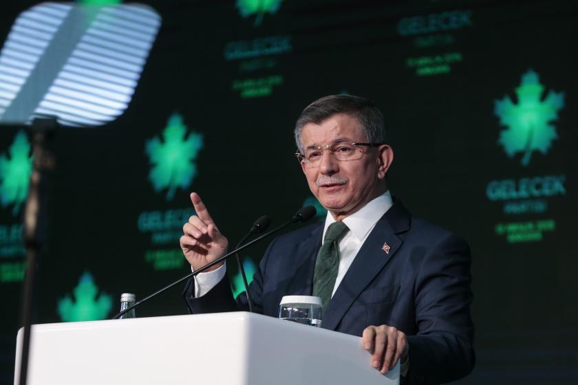 Eski başbakanlardan Ahmet Davutoğlu, Gelecek Partisinin tanıtım programında konuşuyor.