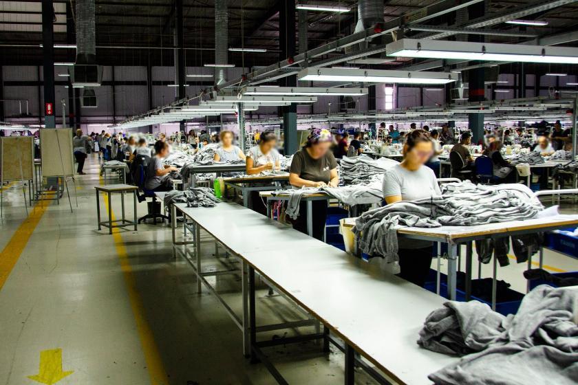 Tekstil fabrikasında tezgahta çalışan kadın işçiler