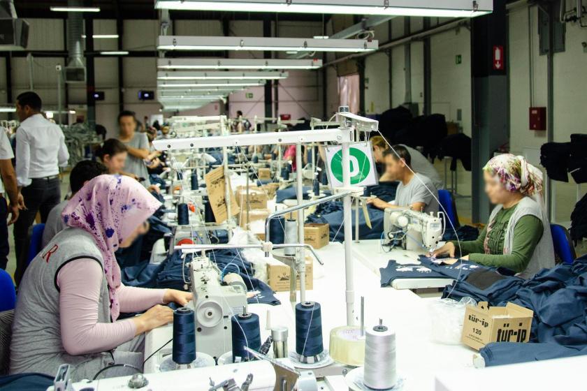Tekstil fabrikasında tezgahta çalışan işçiler