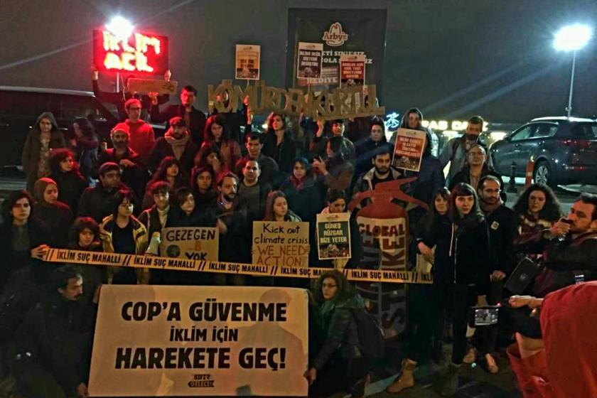 İklim aktivistlerinin Taksim'de yaptığı eylemden bir fotoğraf