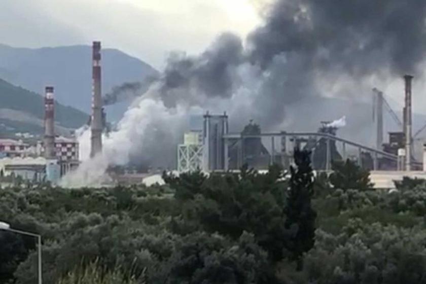 İskenderun'da demir çelik fabrikasından dumanlar yükseliyor.