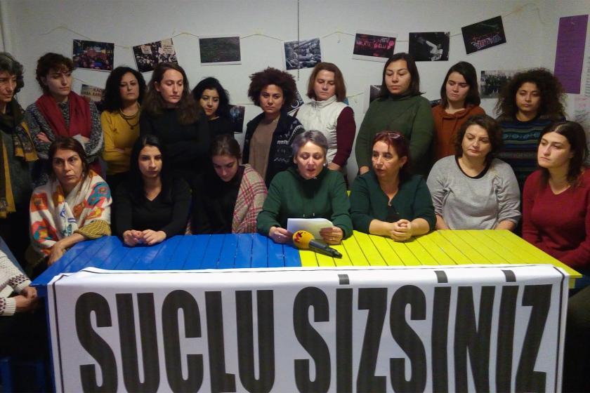 Polis şiddetine karşı basın açıklaması yapan kadınlar