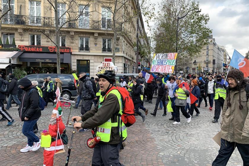 Macron yönetimini protesto etmek için sokağa çıkan sarı yelekliler yürüyüş yapıyor.