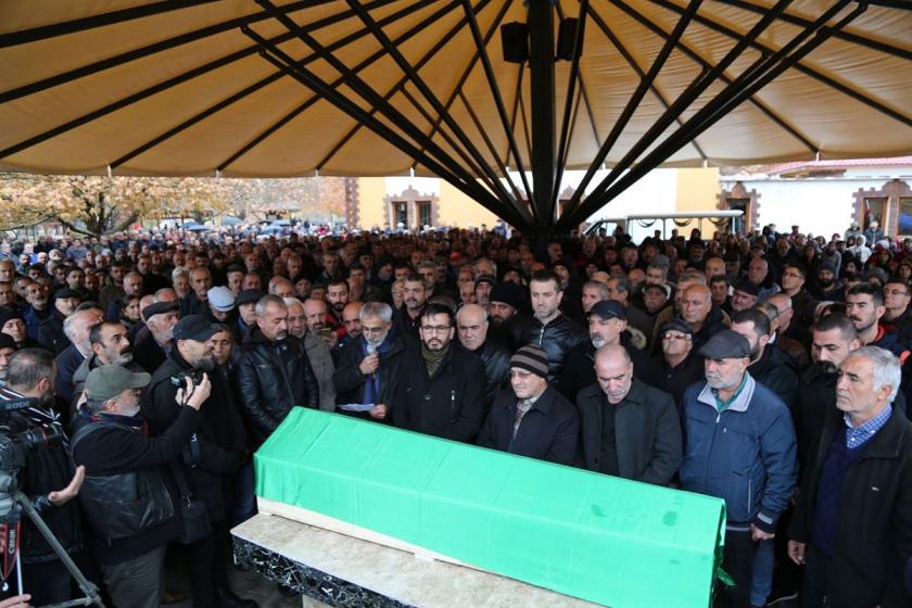 Cenaze töreininde çok sayıda kişi Sılo Qız'ın tabutu başında.