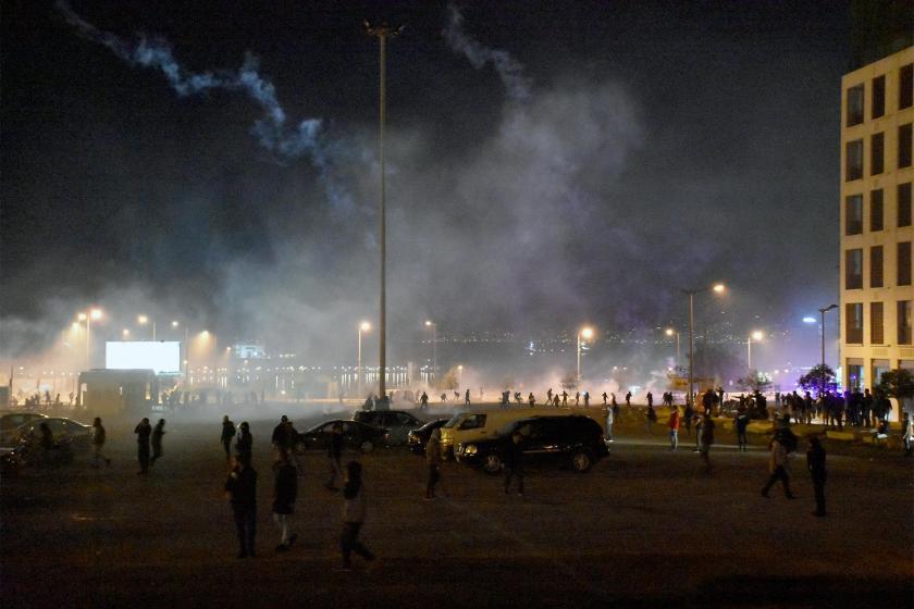 Lübnan'da parlamentoya yürümeye çalışan halk ve havada uçuşan biber gazı