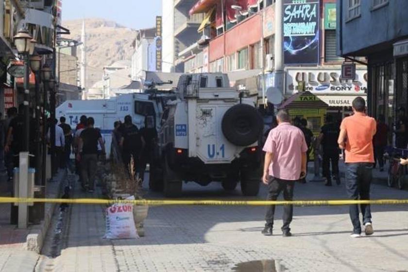 Van'da polis giremez yazısı ve sokaktaki TOMA'lar