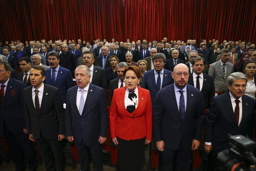Meral Akşener ve arkasında duran parti üyeleri