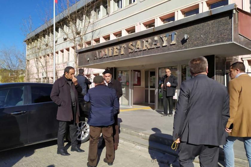 AMuş Adalet Sarayı önünde bekleyen insanlar