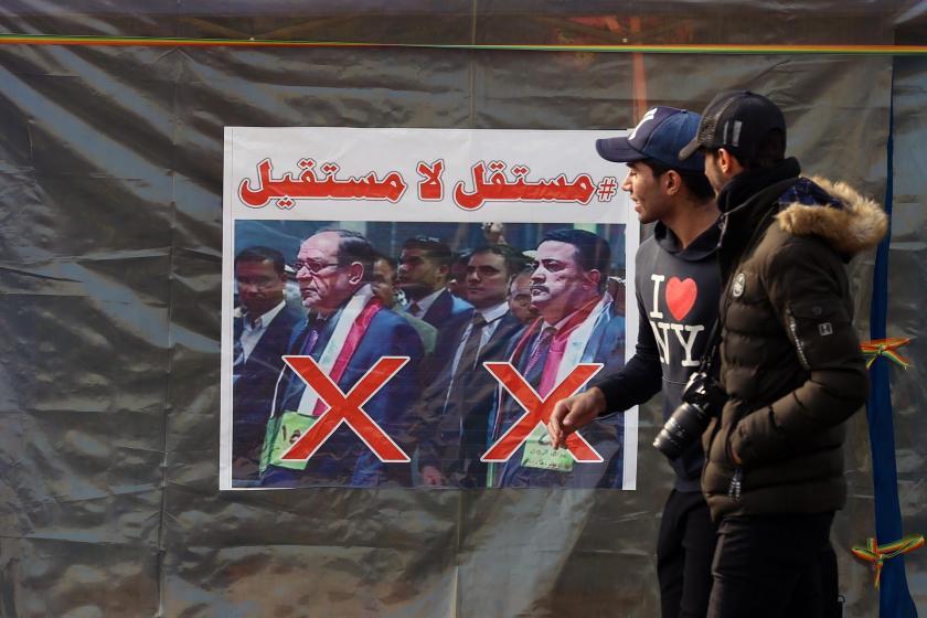 Irak'ta halk, eski Başbakan Nuri el-Maliki ve Sudani'nin yan yana olan ve üzerinde kırmızı renkli çarpı işaretinin yer aldığı posterleri de asarak tepkisini aktarıyor