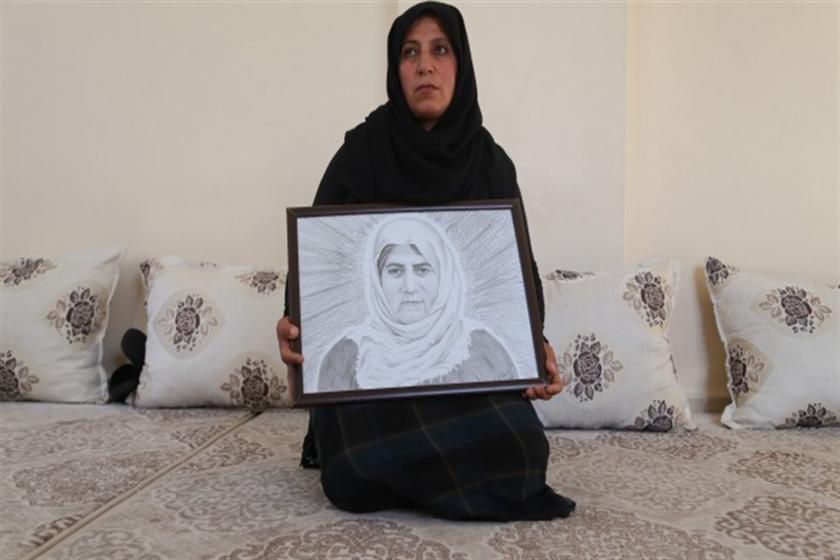 Taybet İnan'ın kızı Halime Akın annesinin fotoğrafını tutuyor