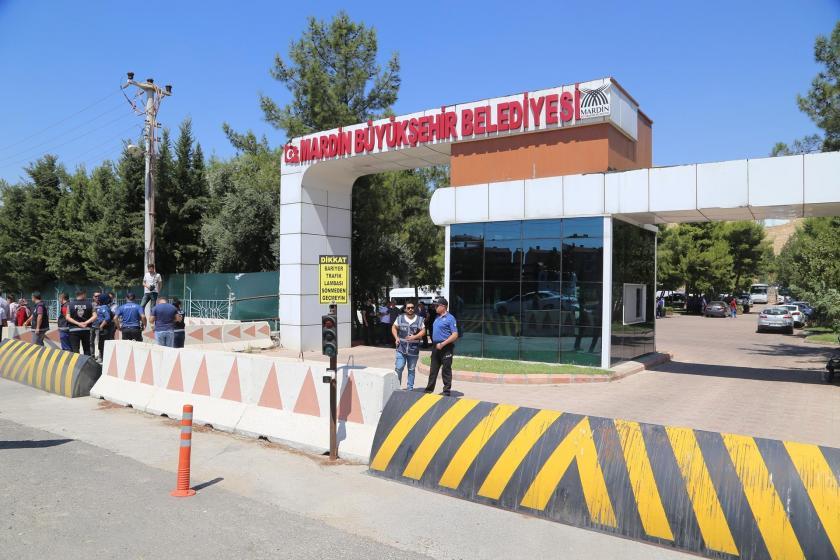 Mardin Büyükşehir Belediyesine kayyum atanmasının ardından belediye girişine konan polis barikatları ve barikatın ardında bekleyen polisler