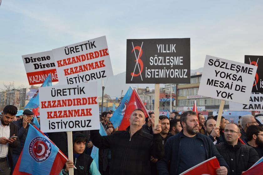 Bursa kent meydanına toplanan Türk Metal üyesi işçiler.