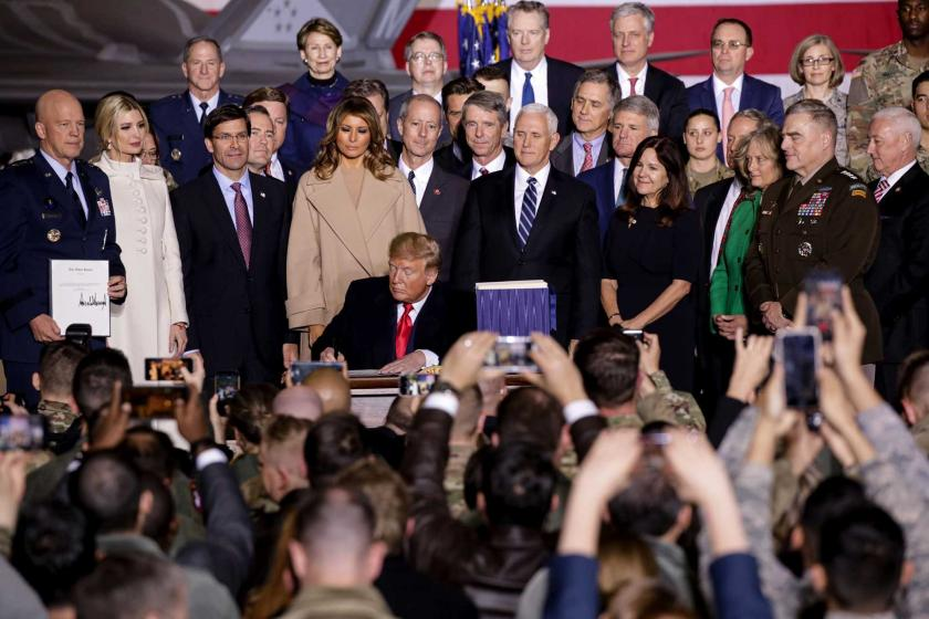 ABD Başkanı Donald Trump, 2020 Ulusal Savunma Yetki Yasası'nı (NDAA) Joint Andrews Havalimanında düzenlenen törende imzalıyor.