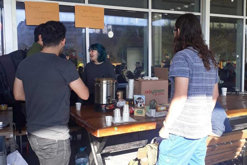 İTÜ'de ücretsiz çay dağıtımı yapan öğrenciler