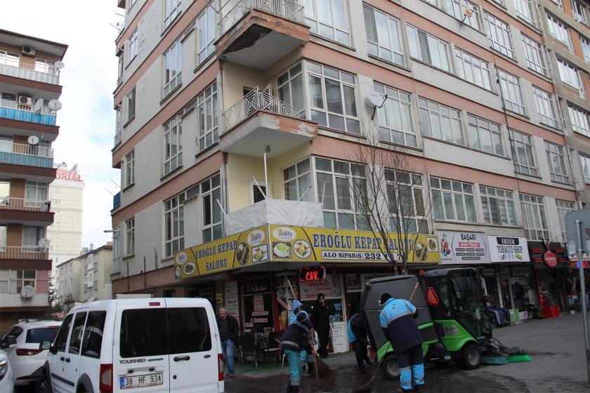 İnşaat işçisinin düştüğü bina ve sıva işi yapılan balkon