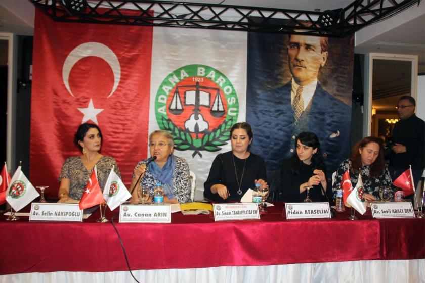 """Adana Barosu tarafından düzenlenen """"Kadınlar İçin Adalet"""" paneline konuşmacı olarak katılan kadınlar"""