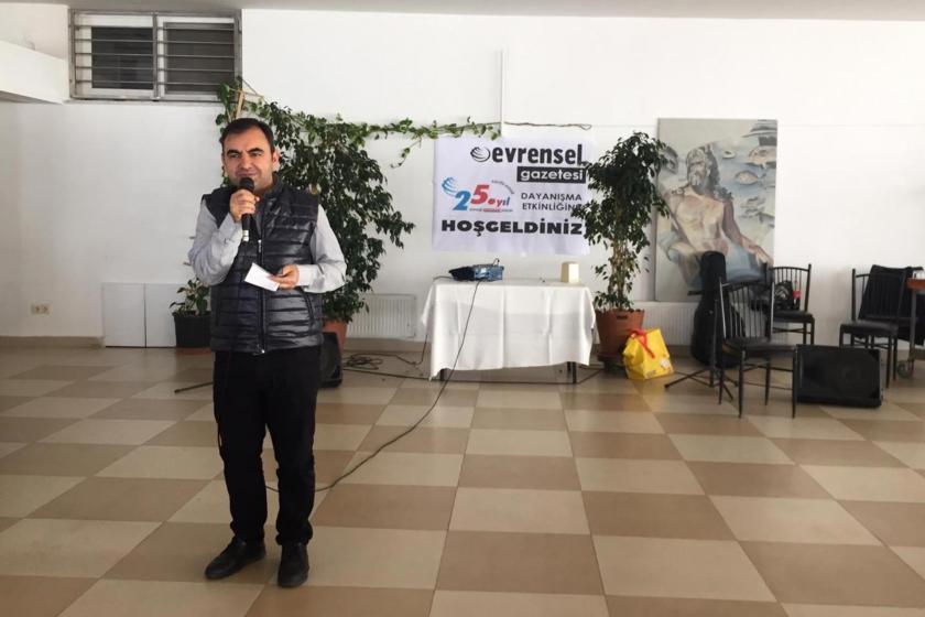 Hatay Antakya'da düzenlenen Evrensel'le dayanışma etkinliğinde Evrensel Yazarı Ercüment Akdeniz konuşma yaparken