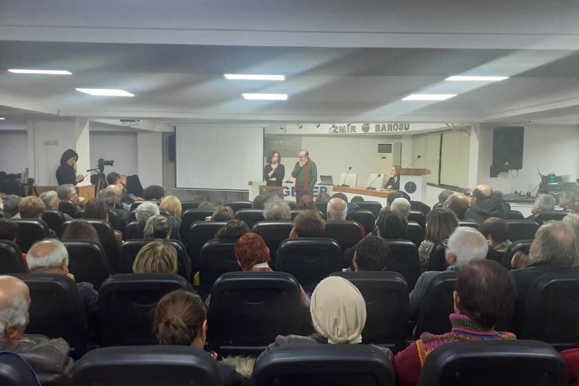 'Yalnız Efe' belgeselinin İzmir'deki ilk gösterimi sonrası filmin yönetmenleri Sevgi Halime Özçelik ve Özer Akdemir söyleşi gerçekleştirirken