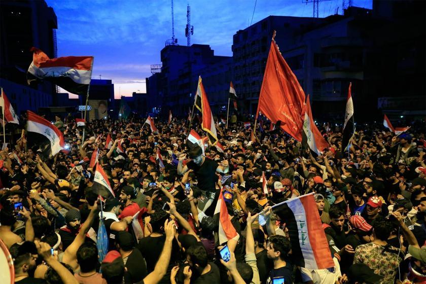 Irak'ta hükümetin istifası talebiyle sokağa çıkan Iraklılar