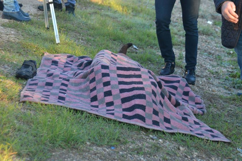 Adana'da yol kenarında üzeri battaniye ile örtülmüş halde bulunan ceset