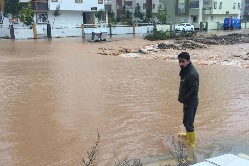 Adana'da sağanak nedeniyle su basan yollar