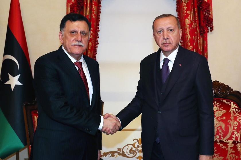 Cumhurbaşkanı Tayyip Erdoğan, Libya Ulusal Mutabakat Hükümeti Başkanlık Konseyi Başkanı Fayez Al Sarraj ile el sıkışırken