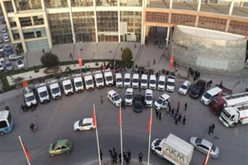 Akhisar Belediyesi önünde bekleyen araçlar